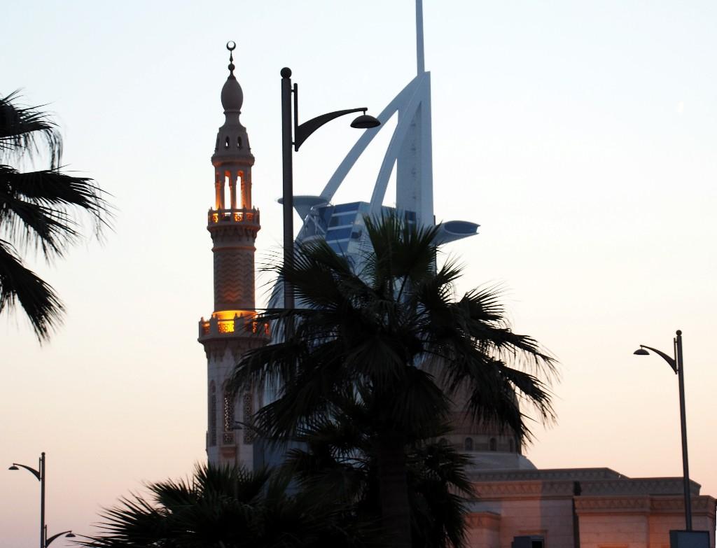 Vereint - Jumeirah Moschee mit nachgelagertem Luxushotel ...