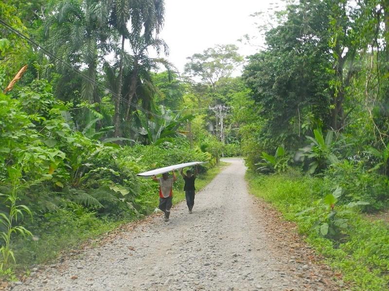 Fußarbeit - Baustofftransport im karibischen Costa Rica