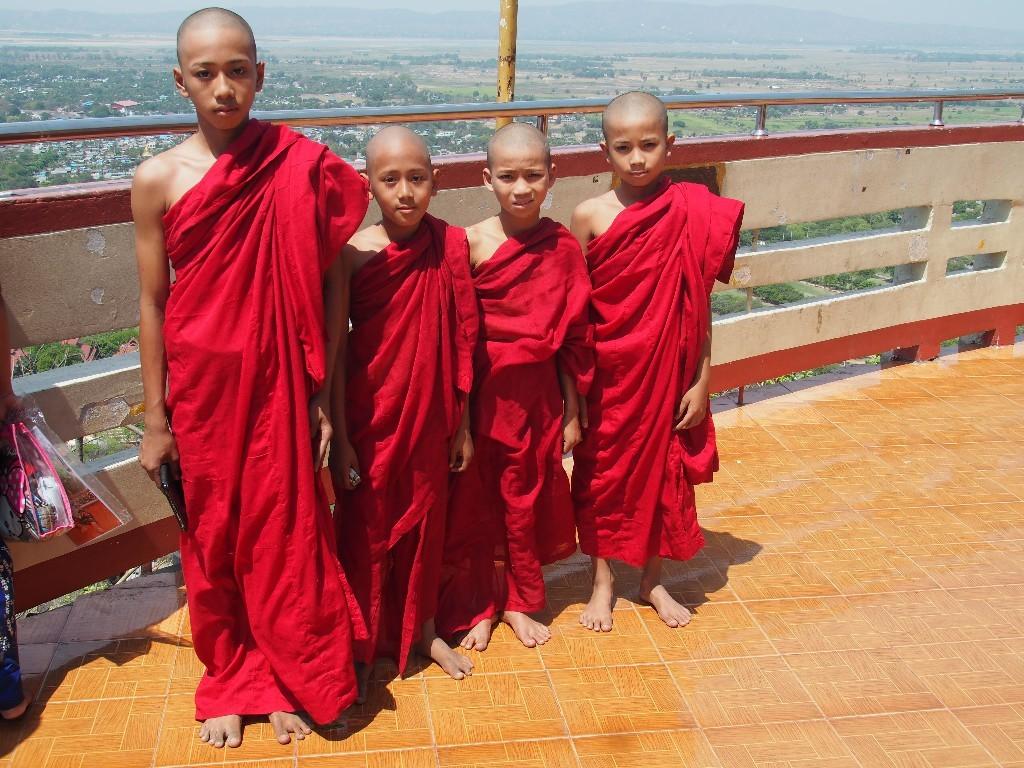 Jeder Mann muss es mal - Junge Mönche auf dem Mandalay-Hill