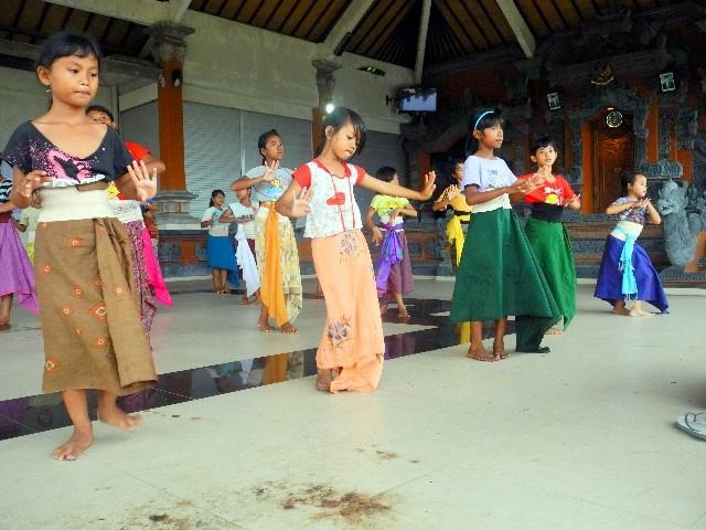 ... ihren traditionellen Tanz in einer offenen Halle