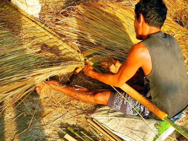 Handarbeit - Grasdächer sind mühsam in der Herstellung