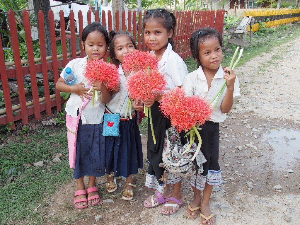 Blumen im Überfluss schmücken diese Mädchen