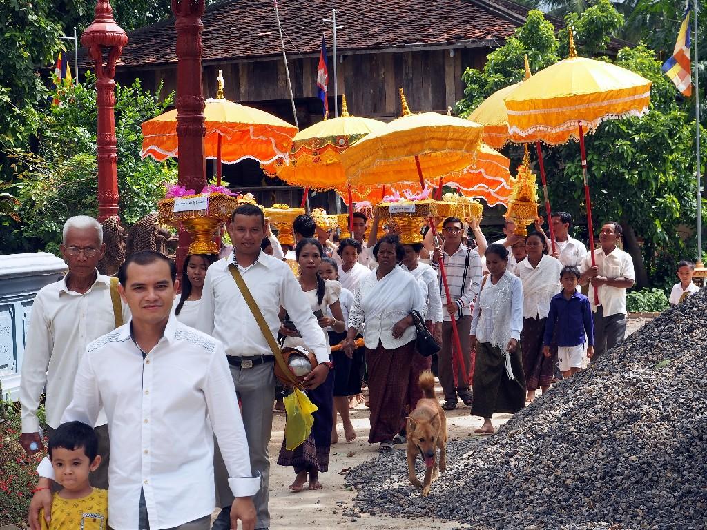 Prozession bei einem Wat am Stadtrand von Battambang