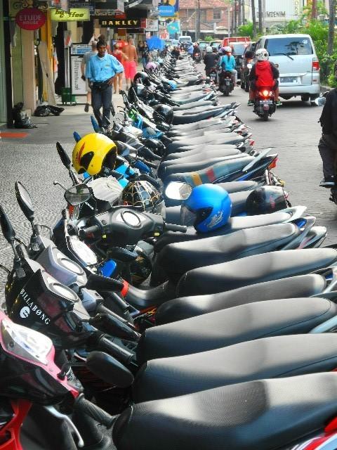 Aufgereiht - Roller dominieren das Straßenbild