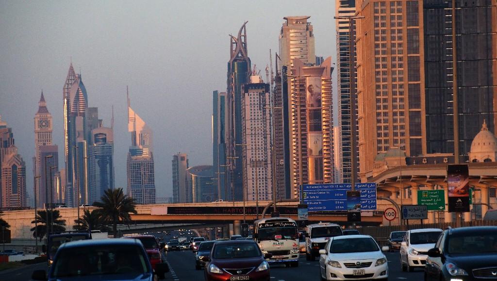 Gastarbeiter sorgen für automobile Normalität inmitten der imposanten Skyline