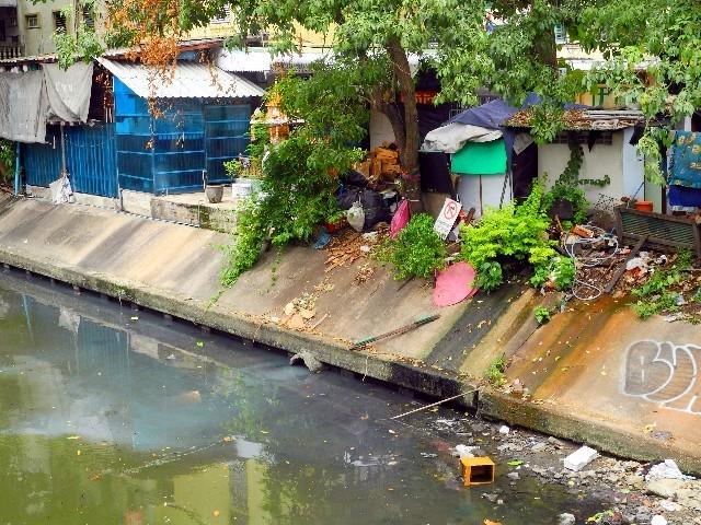 Undefinierbar - Abwassereinleitung in einen Khlong Bangkoks