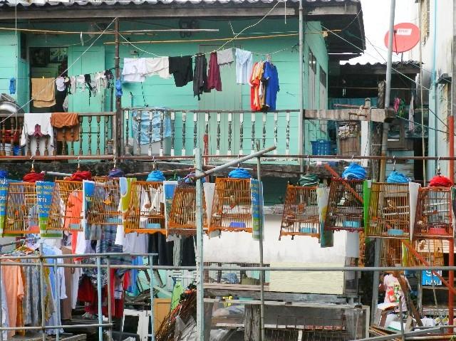 Ohne Worte - Häuserfassade in einer Nebenstraße in Bangkok