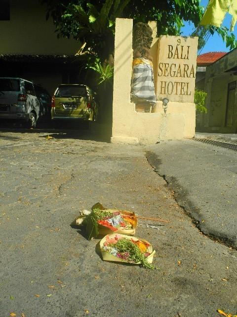 Typisch hinduistisch- Nicht nur vor unserem Hotel wurden täglich Opfergaben niedergelegt