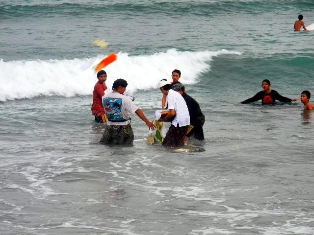 ... Angehörige die Opfergaben und die Asche des Verstorbenen in das Meer streuen