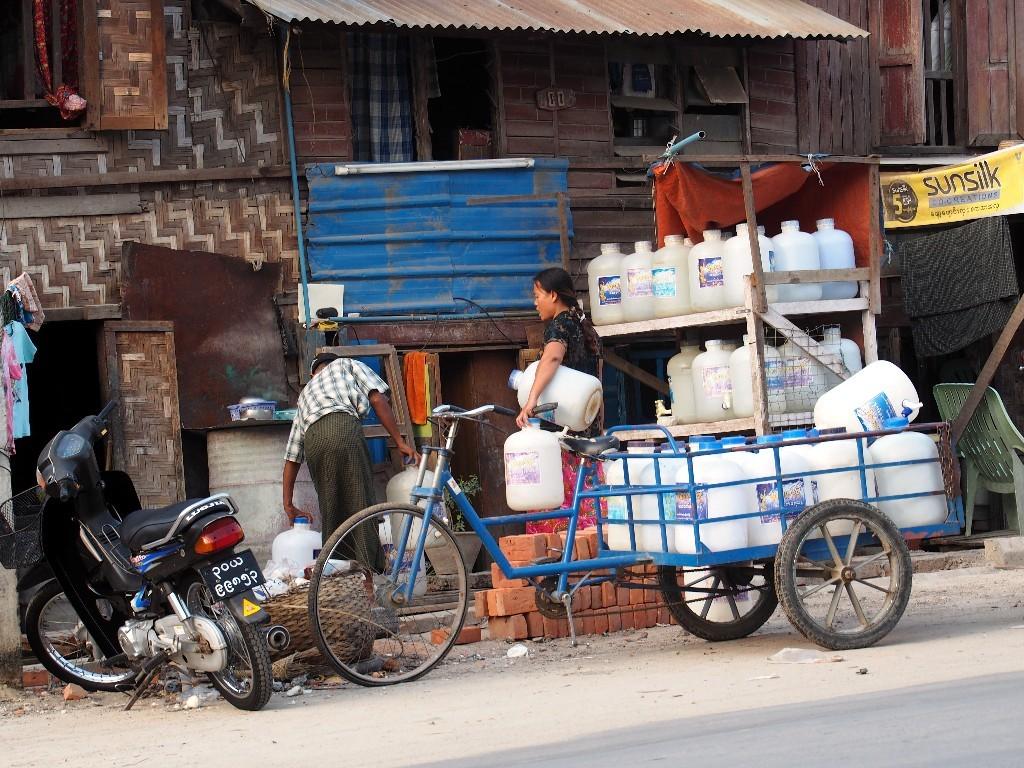 Wasserhändler in einer Nebenstraße