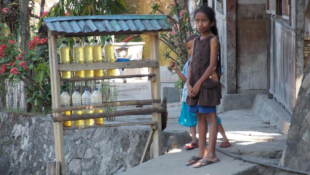 Rollertour -In einem Dorf warten Kinder auf Tankkundschaft.