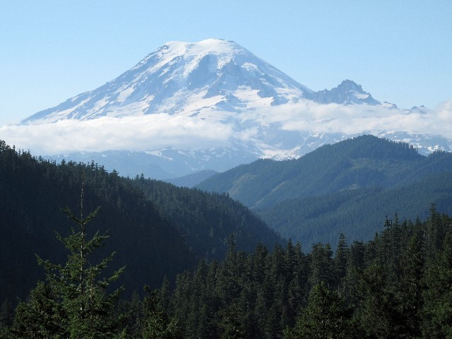 Überraschend - Nach einer Biegung taucht der Mount Rainier auf