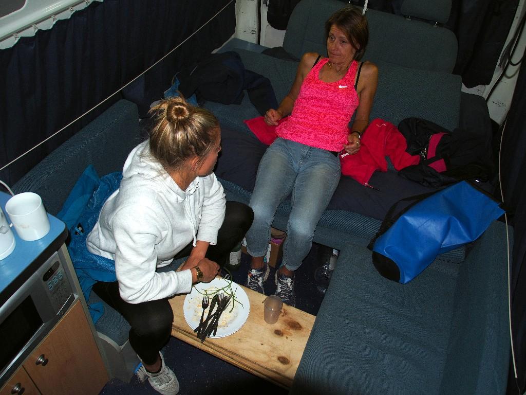 Zusammengerückt - Abendessen im Camper