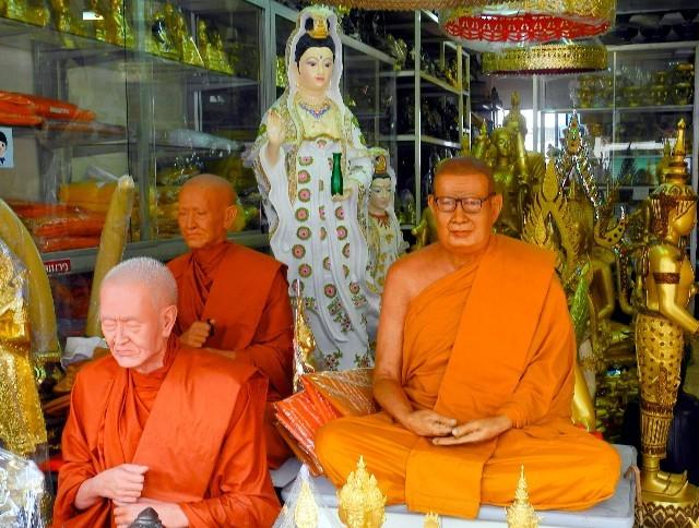 Zu verkaufen - realitätsnahe Skulpuren buddhistischer Mönche...