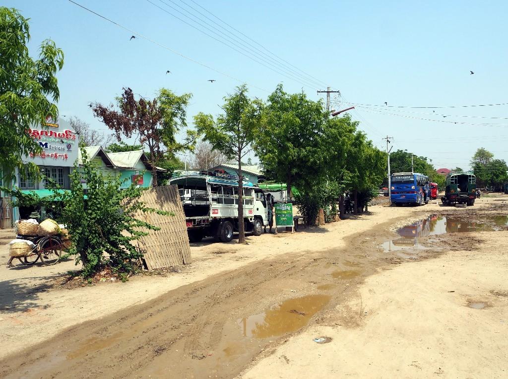 In den Anfängen - Pause am Busbahnhof in Myingyan auf dem Weg nach Bagan