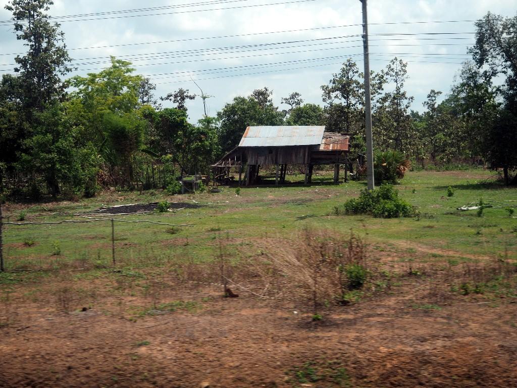 Basic - Hütten von Landbewohnern  gibt es überall in Laos