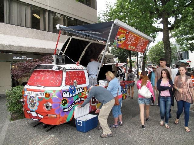 Gut erhalten - Alter T2-Bulli als Burger-Bus