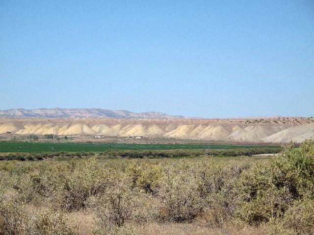 Kontrast - Wüste auf 2000 m Höhe hinter Flussoase in Utah