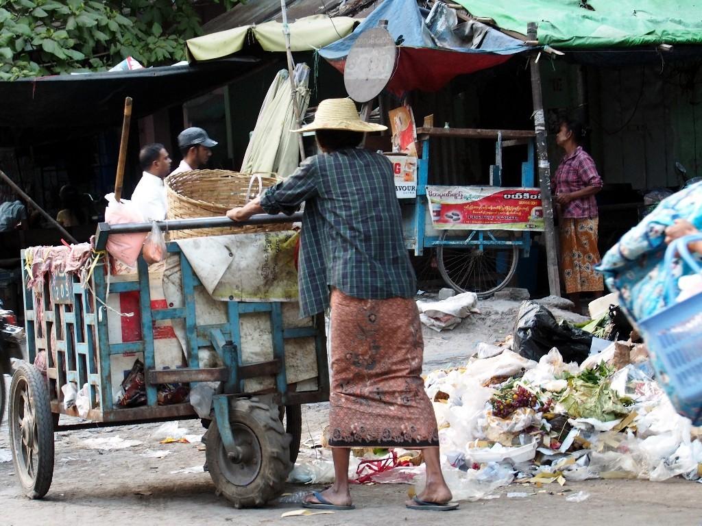 Arme Händlerin räumt ihre Sachen zusammen
