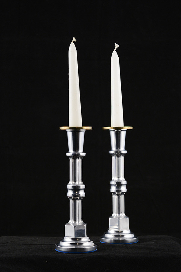 Chandelier, 7'' haut x 2'', aluminium, laiton, 2006. Vendu
