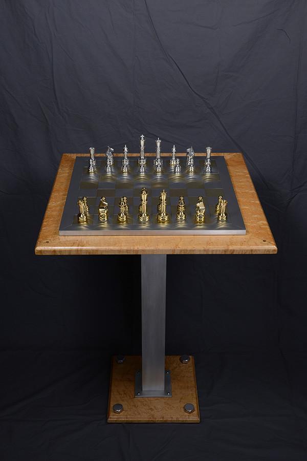 Table pour jeu d'échec 24'' x 24'' x 32'' haut, érable piqué, aluminium, 2006. $400.00