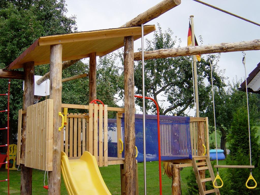 Spielturm aus massivem Holz