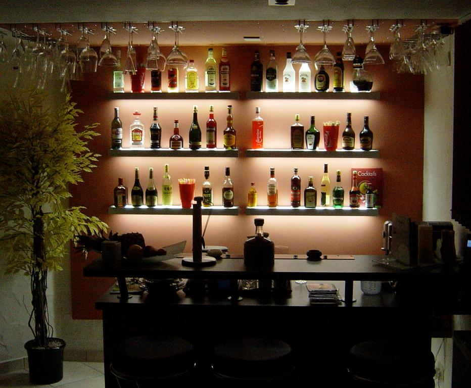 Bar-Rückwand mit beleuchteten Fachböden