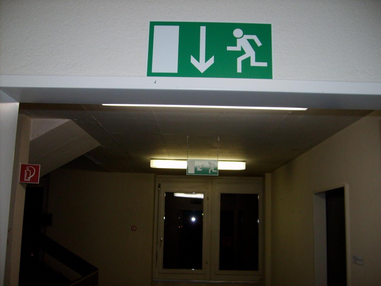 Fluchtweg - geradeaus/links nach unten