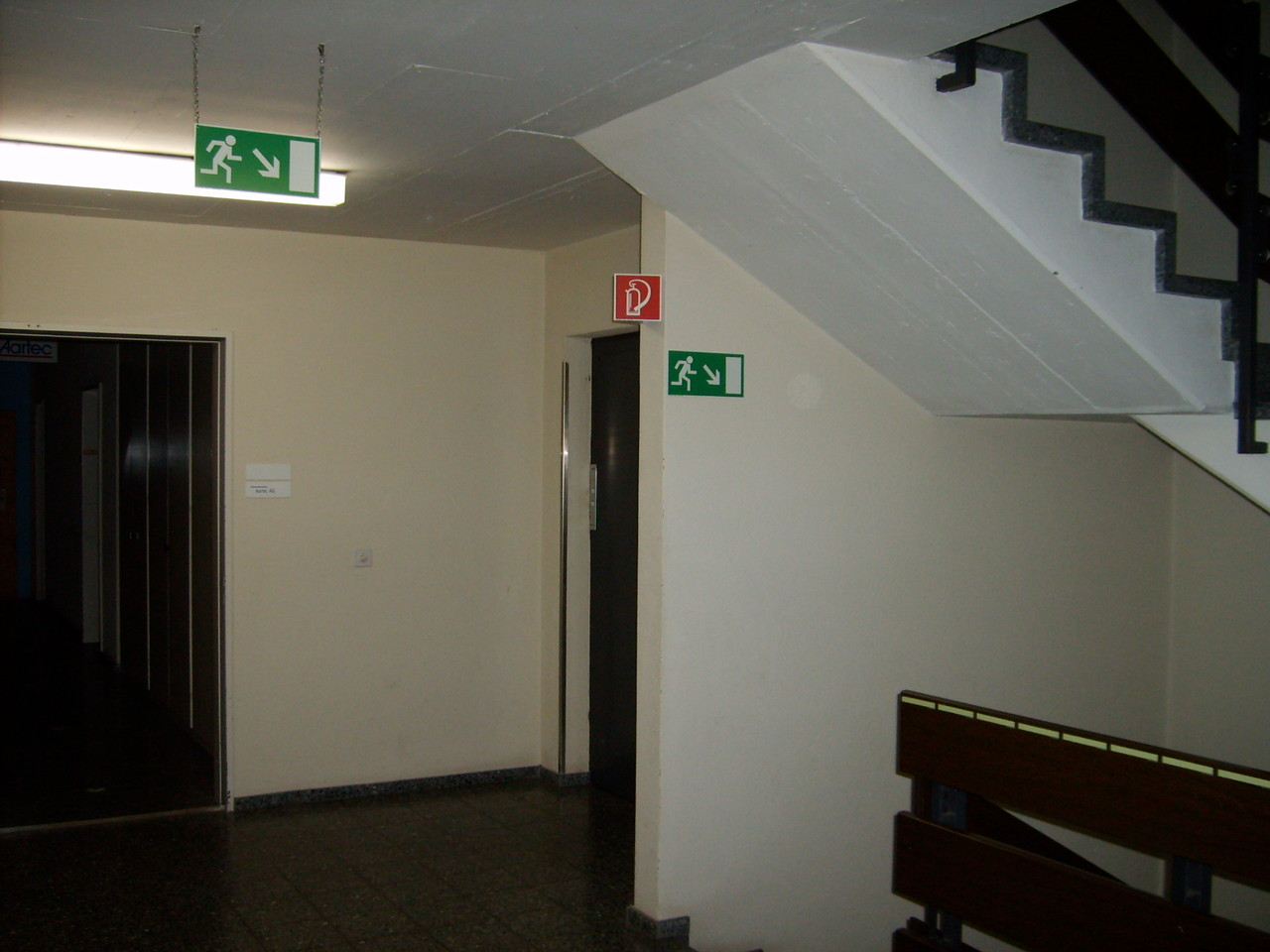 Fluchtweg - rechts/nach unten