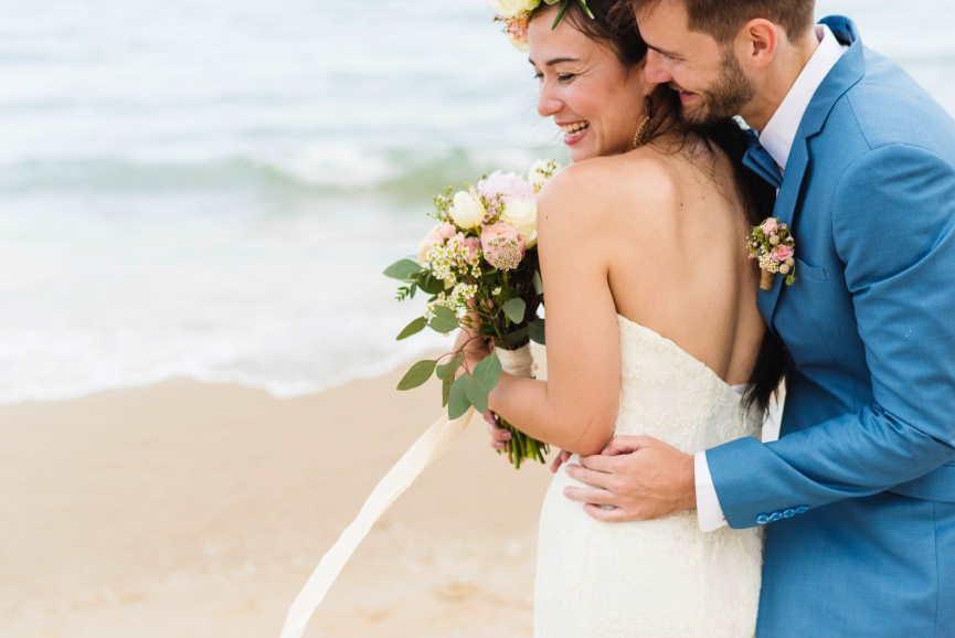 Strandhochzeit: Eine Hochzeit an der See begleitet vom sanften Rauschen des Meeres ist ein Traum. Unvergesslich wird die Trauung mit einem geschmückten Strandpavillon. Je nach Temperatur sollte ein Sonnenschutz und Wasser (für die Gäste) nicht fehlen.