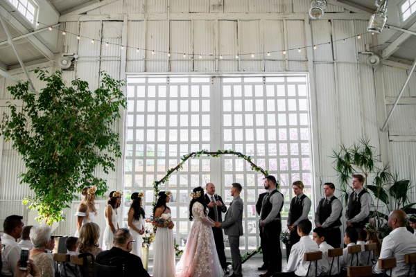 Industrial Wedding: Industrial Chic ist voll im Trend und bietet neben einem Lokschuppen oder einer Fabrikhalle mit Stahl und Beton viele Themenkombination. Von Shabby Chic, über Vintage bis Boho ist alles möglich.