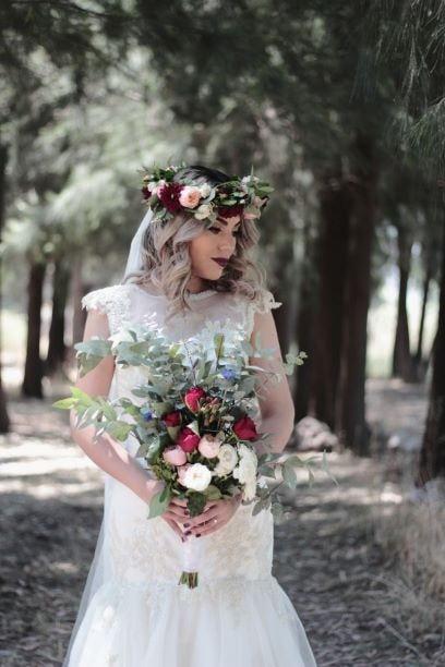 Flower Hochzeit: Hier dürfen Blumenkinder und Blumenkranz nicht fehlen. Ein prachtvoller Brautstrauß, üppige Blumendekoration & eine Hippie-Braut macht diese Hochzeit aus.