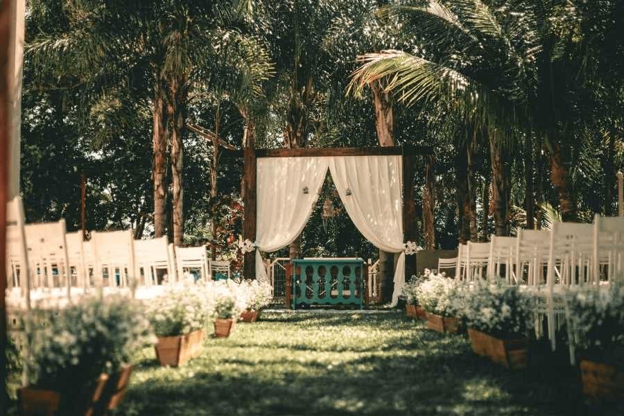 Greenery Wedding: Filigrane Gold- und Glaselemente, exotische Blumen und üppiges Blattwerk sind die Grundelemente, welche die entspannte Atmosphäre unterstreichen. Auch Nachhaltigkeit steht hier im Fokus!