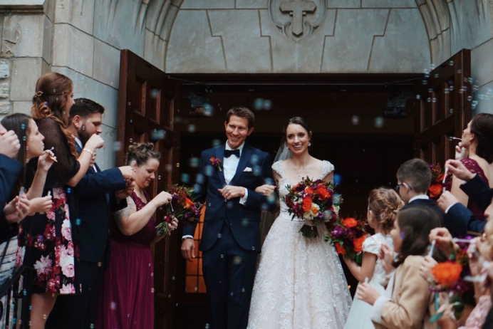 Klassische Hochzeit: Der Klassiker unter allen Hochzeiten ist die kirchliche Trauung. Mit viel Tradition, Gottes Segen und dem Eheversprechen vor Gott und Gemeinde bietet diese Variante ebenfalls viele Hochzeitsthemen wie. z.B. Flower Wedding an.