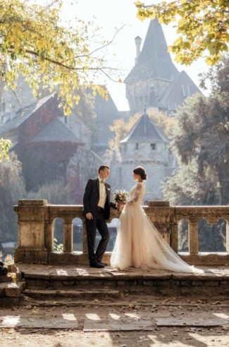 Schloßhochzeit: Eine Hochzeit im Schloss ist ein wahr gewordener Prinzessinnentraum. Das königliche Gebäude aus vergangenen Zeiten bietet einen zauberhaften Rahmen für jede Trauung und ein ganz besonders Flair.