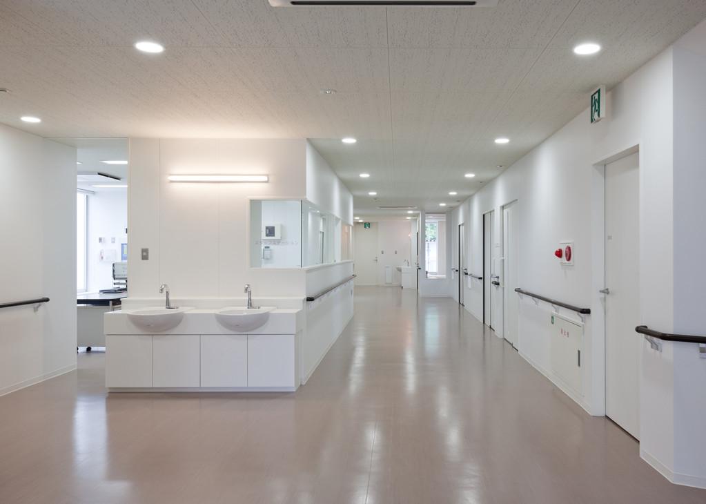 2階病室・面会受付(ナースステーション) 温かい看護の手で看護師がサポートします