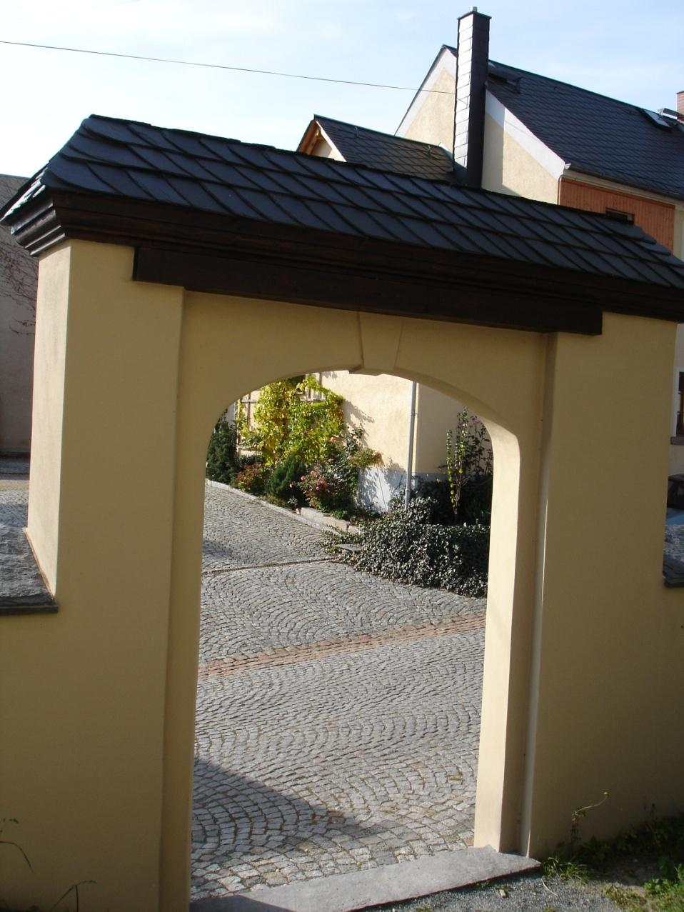 2004 historischer Torbogen wurde errichtet