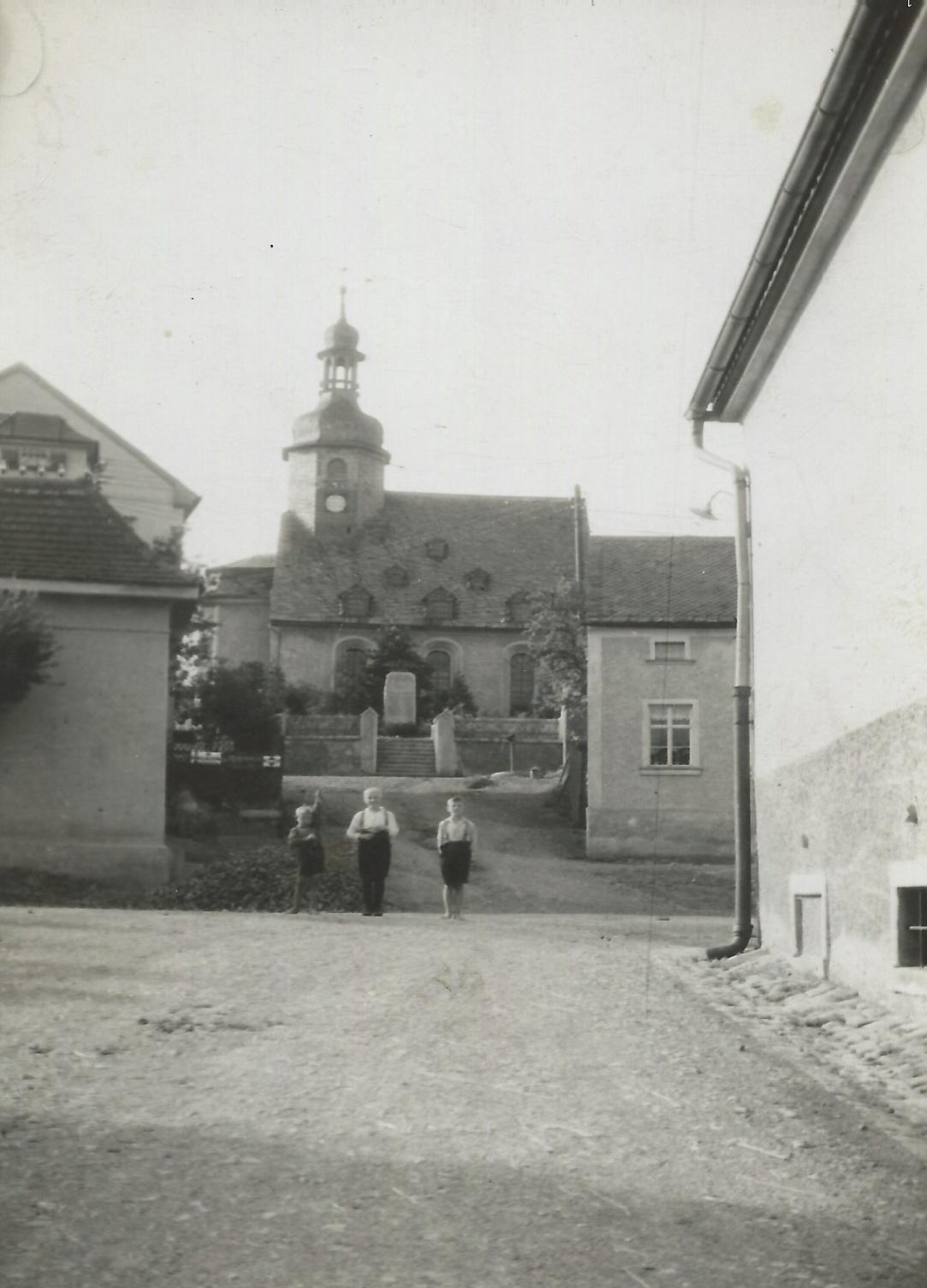 Kirche mit Kirchberg