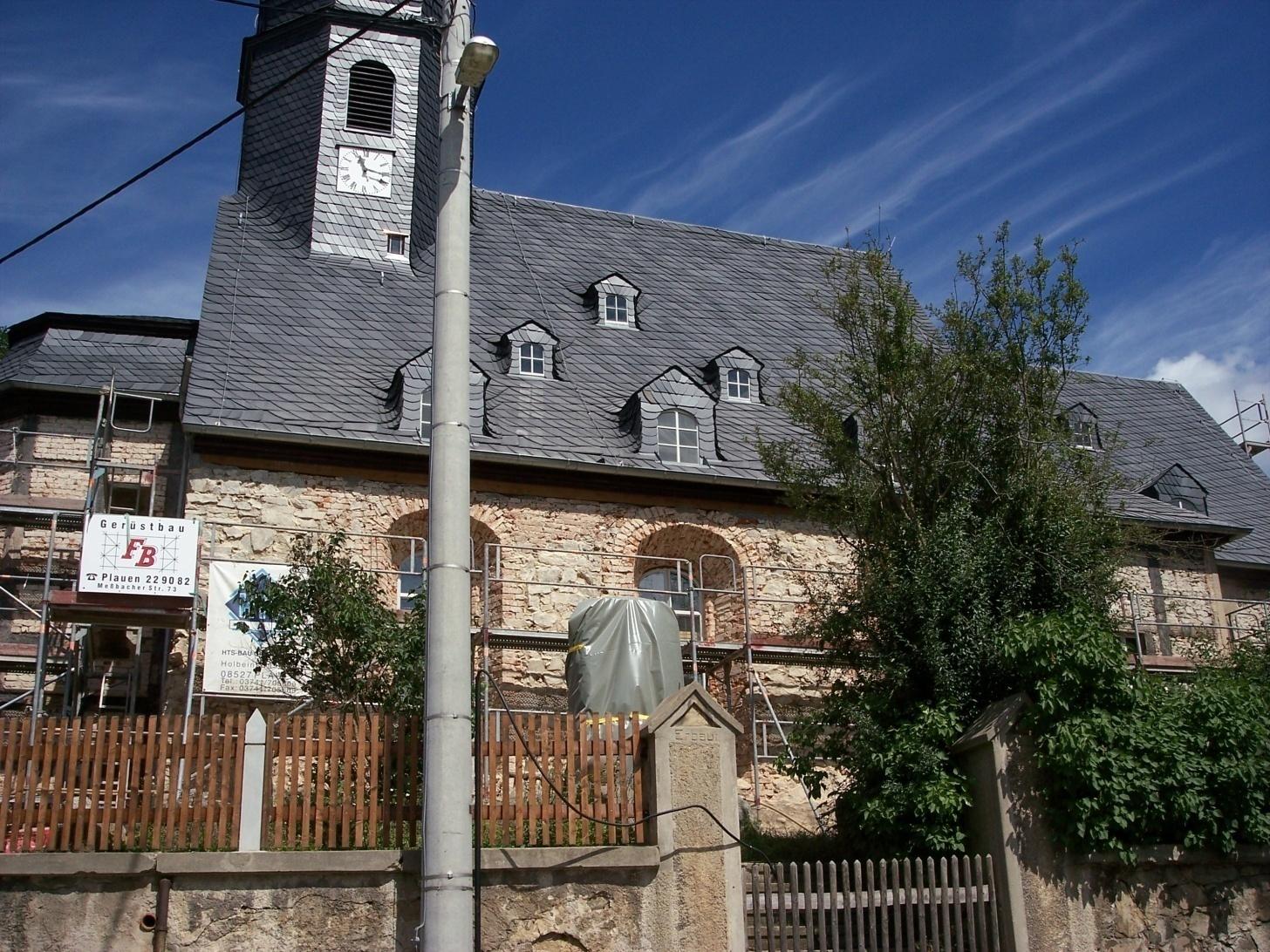 2006 Kirchenmauer und Denkmal aus 1. Weltkrieg restauriert