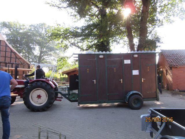 Ein Toilettenwagen wird positioniert