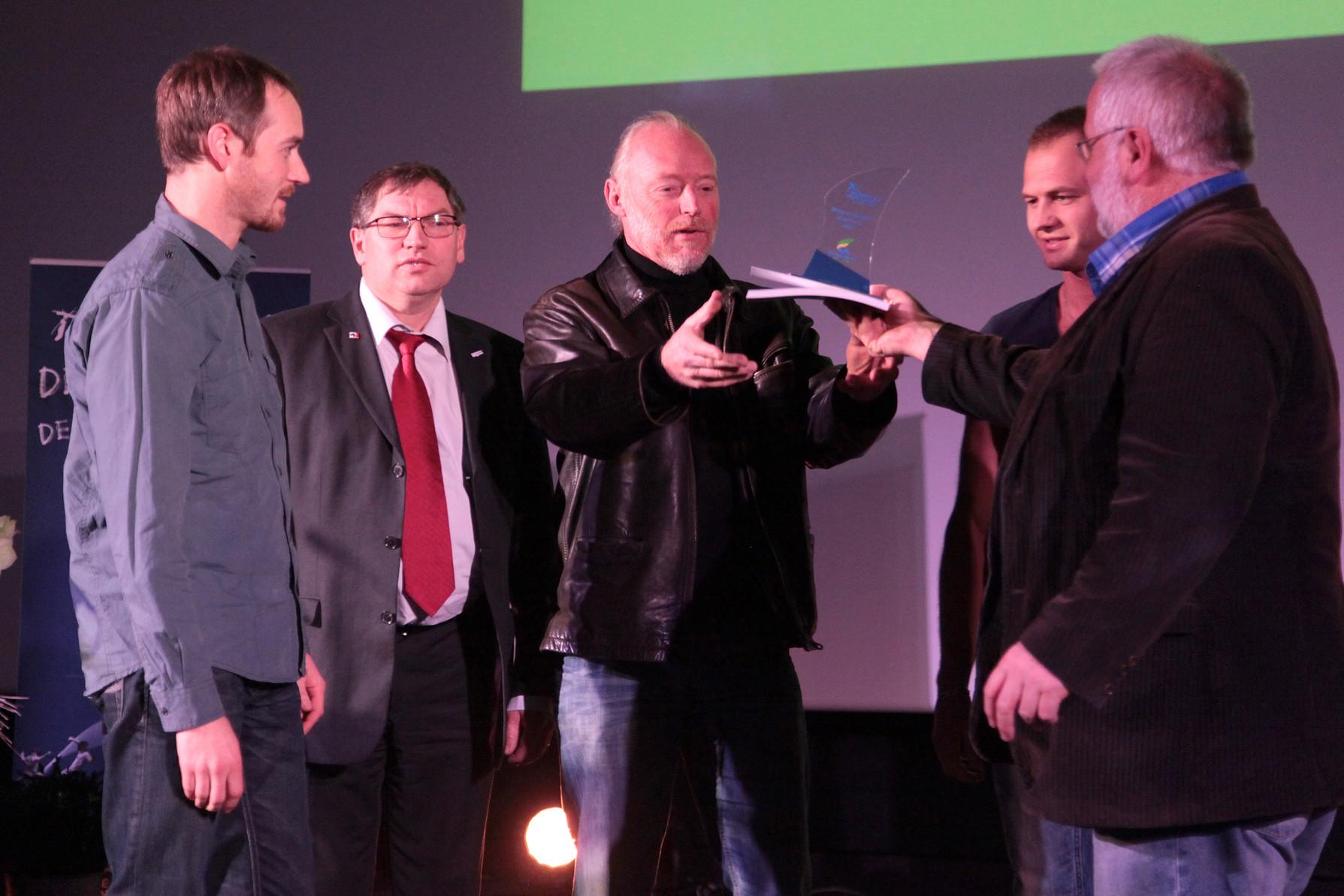 Le trophée remis par J-M. Julienne (Conseillé Général)