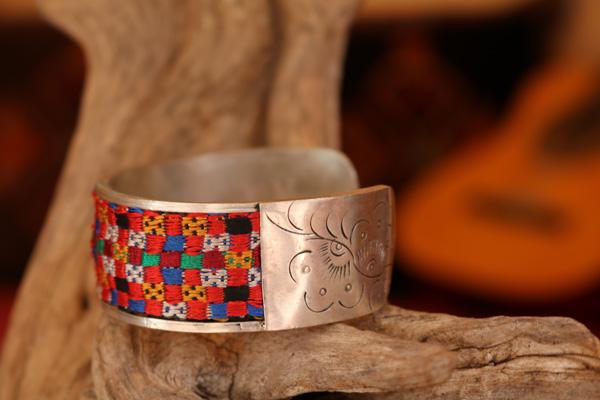 Armspange aus Tibetsilber mit handgewebten antiken Tibetstoffen