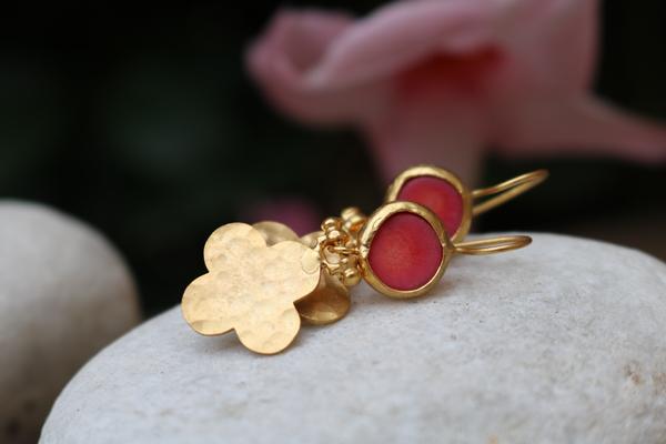 Ohrringe Sterlingsilber vergoldet, gefasste Koralle und gehämmerte Goldblume