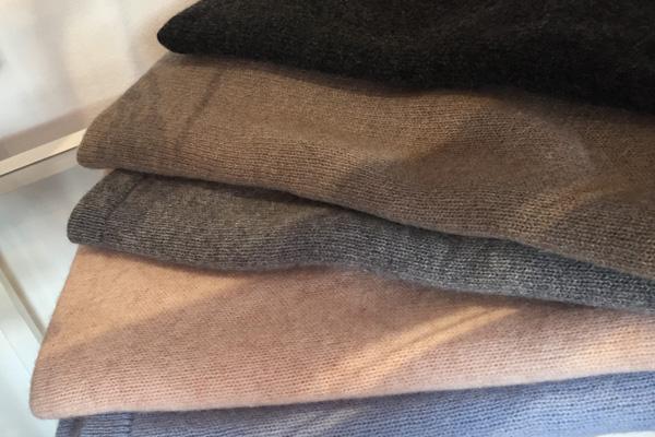 Kleine Cashmere-Ponchos in verschiedenen Farben