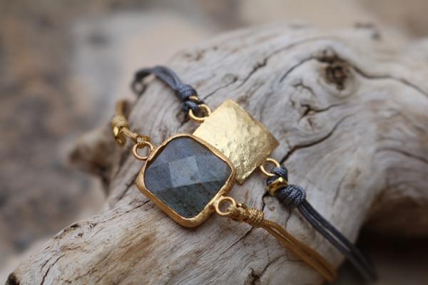 Fadenarmbänder mit goldgefasstem Labradorit und gehämmertem Goldelement