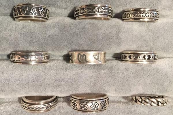 Spinning Ring und massive Bandringe aus Sterlingsilber. Ring im Ring mit drehbarem  Innenring. Mit Schriftzeichen, Mustern, Symbolen, Skulls.