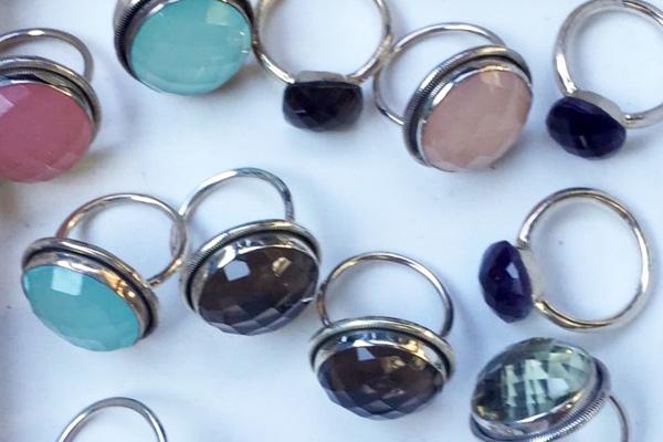 Glänzende 925er Silberringe mit großen facettierten Steinen: Rosenquarz, Chalcedon, Rauchquarz