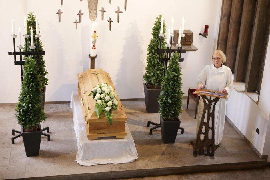 Rita Osowski aus Duisburg ist eine der 45 Ehrenamtlichen im Bistum Essen, die eigenstädnig Beerdigungen leiten. (Foto: Nicole Cronauge / Bistum Essen)