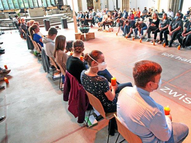Zur Premiere in St. Josef kamen vor allem junge Erwachsene. (WAZ-Foto: Frank Oppitz / FUNKE Foto Services)