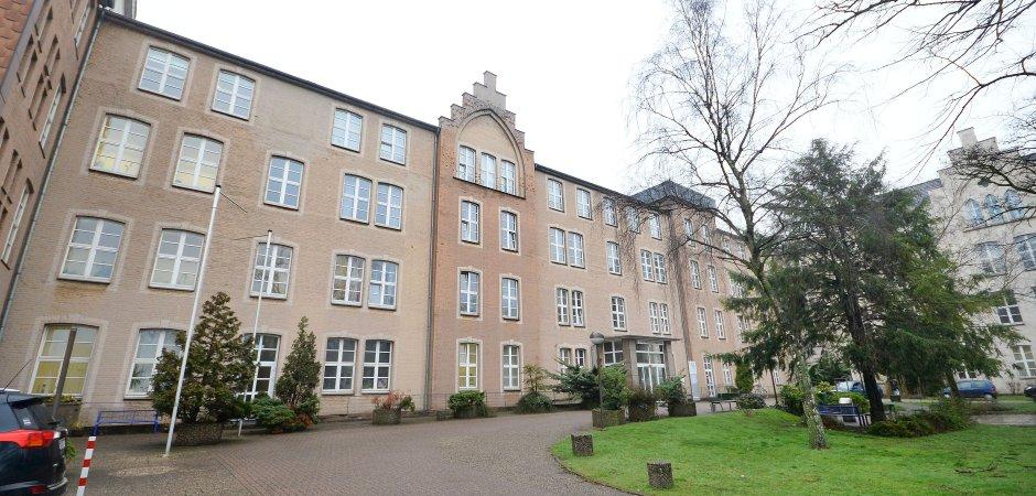 Der Countdown läuft und die letzten Tage des Helios St.-Vincenz-Krankenhaus am Dellplatz brechen an. Was aber wird aus dem dann leergezogenen Krankenhaus-Gebäude? (WAZ-Foto: Stephan Eickershoff)